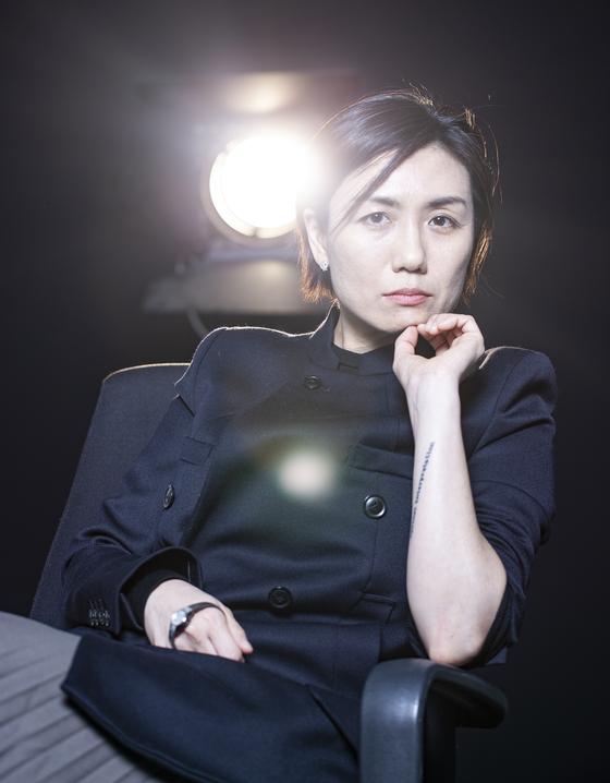 김초희 감독. 팔의 문신 '해석에 반대한다'는 수전 손택 저서 제목이다. 권혁재 사진전문기자