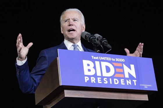조 바이든 전 미국 부통령이 3일(현지시간) 슈퍼 화요일 14개 주 동시 경선에서 10개 주에서 승리하며 화려하게 부활하며 진보 버니 샌더스를 제치고 선두로 나섰다.[EPA=연합뉴스]