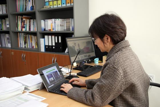 강의를 촬영하고 있는 김희연 교수