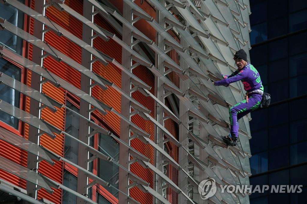 바르셀로나 토르 아그바르 빌딩을 오르는 알랭 로베르. AFP=연합뉴스