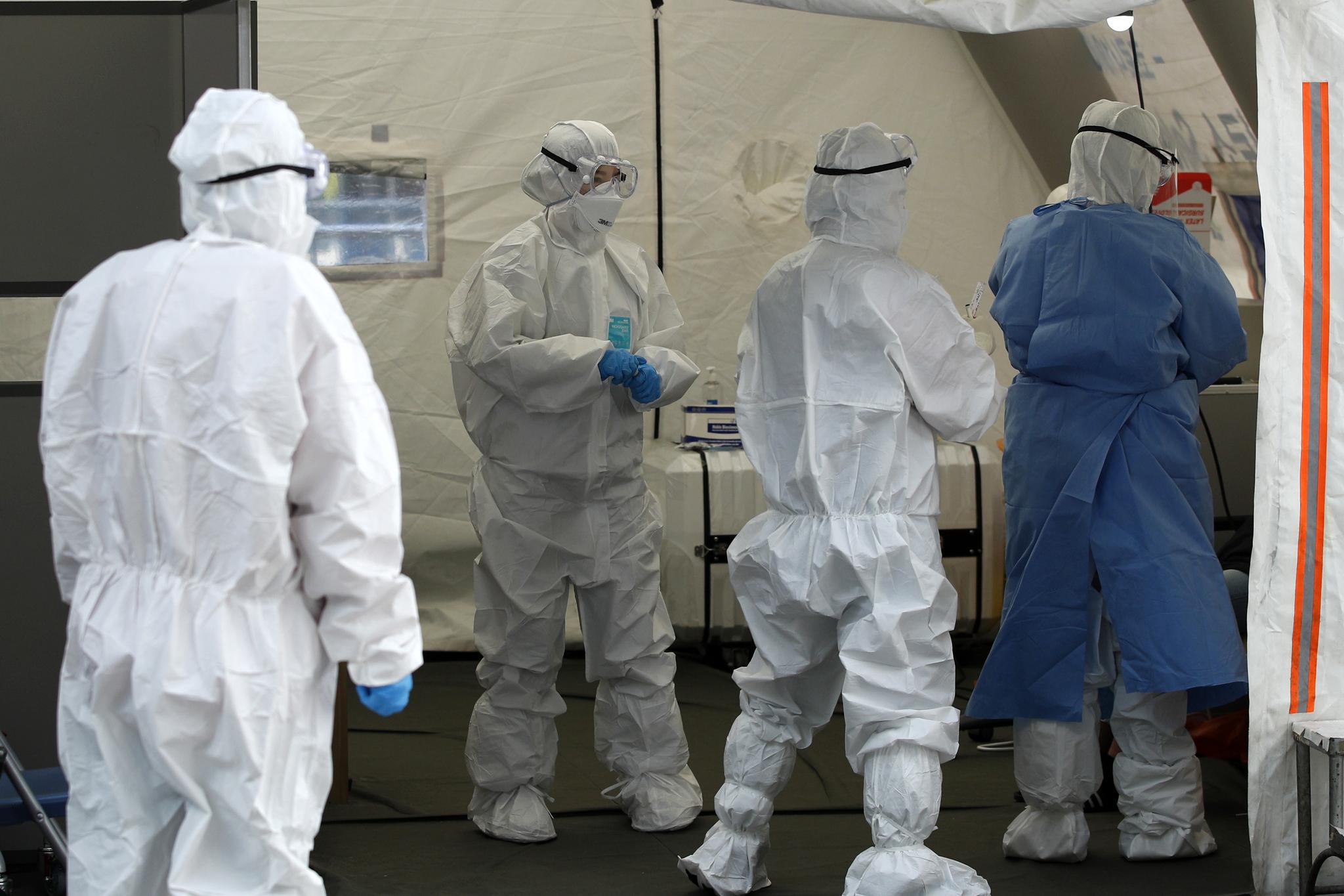 서울 용산구에서 신종 코로나 바이러스 감염증(코로나19) 확진자가 처음으로 발생한 5일 용산구청에 마련된 선별진료소에서 의료진이 분주히 움직이고 있다. 뉴스1