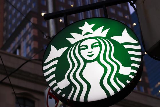 스타벅스가 매장 내 개인용 머그컵이나 텀블러 사용을 일시 중단한다고 발표했다. [AP=연합뉴스]