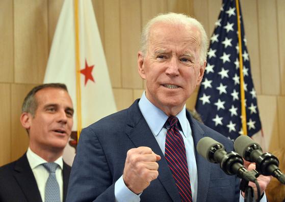 슈퍼 화요일에 14개 주중 10개 주에서 승리하며 선두주자가 된 조 바이든 전 부통령이 4일 로스앤젤레스 기자회견 도중 주먹을 쥐어 보이고 있다.[AP=연합뉴스]