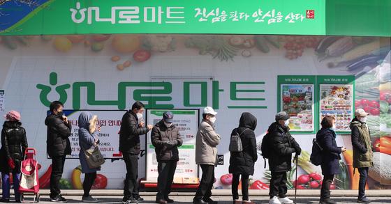 5일 오후 서울 도봉구 하나로마트 창동점에서 마스크를 사려는 시민들이 마트 밖으로 길게 줄을 서 있다. 연합뉴스.