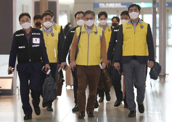 신종 코로나바이러스 감염증(코로나19)과 관련, 베트남에 격리된 한국인 270여명을 지원하기 위해 신속대응팀이 5일 오전 인천국제공항을 통해 출국하고 있다. [연합뉴스]