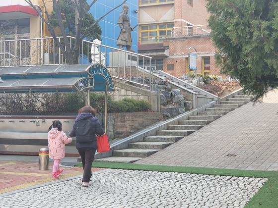 4일 서울 중구 충무초등학교에 긴급돌보교실을 이용하려는 한 초등생과 학부모가 같이 들어가고 있다. 김홍범 기자