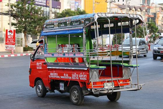 태국 가면 볼 수 있는 빨간색 택시 송태우. [사진 Wikimedia Commons]