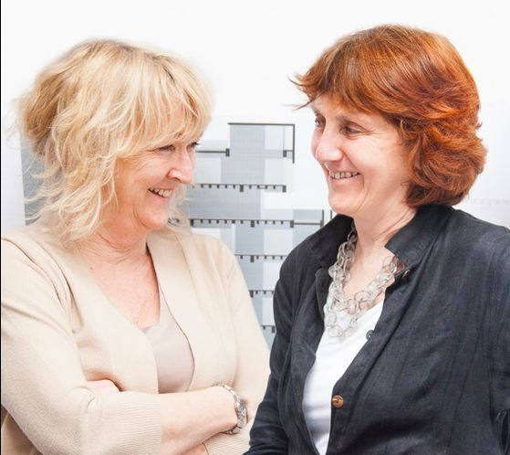 올해 프리츠커상 수상자인 아일랜드 건축가 이본 파렐(왼쪽)과 셰릴 맥나마라. 여성 듀오 건축가가 이 상을 받은 것은 처음이다. [사진 하얏트재단]