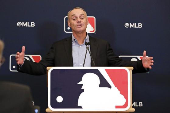롭 맨프레드 MLB 커미셔너가 지난달 7일 열린 기자회견에서 휴스턴 구단의 사인 훔치기에 관해 이야기하고 있다. [AP=연합뉴스]