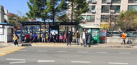 4일 오후 4시쯤 경북 경산시 경북 학숙 맞은편 버스정류장에 햇볕에 몸을 녹이려는 주민들이 모여 있다. 진창일 기자