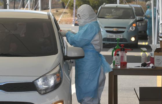 5일 경기 김포시 뉴고려병원에 마련된 드라이브 스루(Drive Thru) 신종 코로나바이러스 감염증(코로나19) 선별진료소에서 한 시민이 검사를 받고 있다. 뉴스1