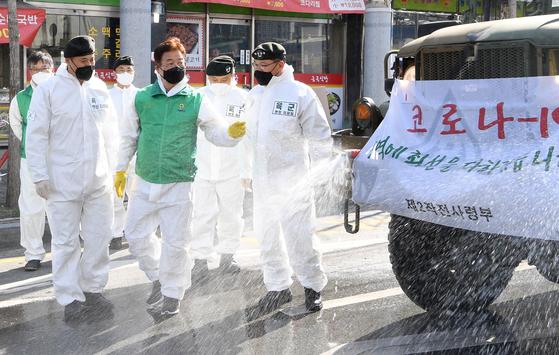 이철우 경북도지사가 지난 4일 오후 경산역 광장에서 황인권 육군 2작전사령관과 신종 코로나바이러스 감염증(코로나19)차단 방역 작전에 대해 얘기를 나누고 있다. 뉴스1.
