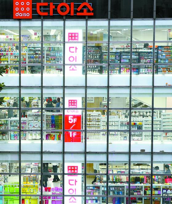 '1000원 숍'으로 유명한 다이소가 공정거래위원회 제재를 받았다. 서울의 다이소 매장. [중앙포토]