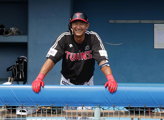 현역 선수로는 마지막으로 스프링캠프를 소화 중인 박용택이 일본 오키나와 전지훈련 도중 더그아웃에서 환하게 웃고 있다. LG 제공
