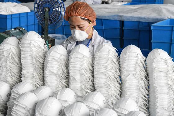 중국 한단시에서 노동자가 마스크를 제조하고 있다. [AFP=연합뉴스]