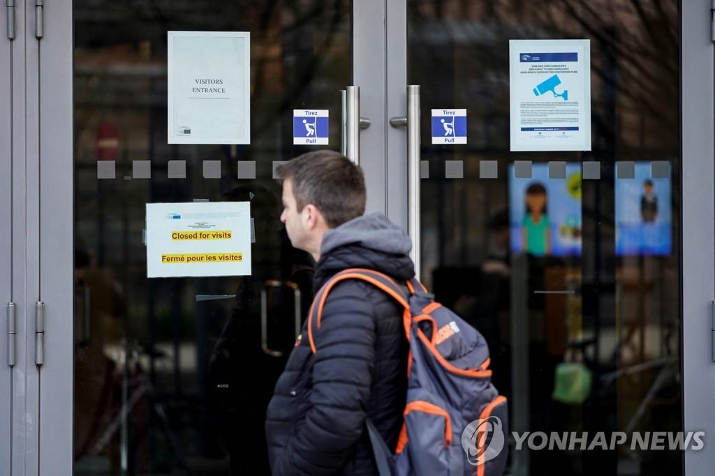 신종 코로나바이러스 감염증(코로나19) 확산 우려에 따라 당분간 모든 방문객 입장을 중단하기로 한 벨기에 브뤼셀에 있는 유럽의회의 3일(현지시간) 모습. AFP=연합뉴스