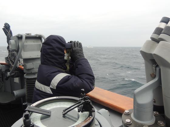 제주 어선 화재사고 실종자 탐색 및 구조를 위해 3함대 전남함에서 실종자 탐색을 하고 있다. [사진 제주해양경찰청]