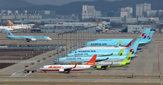 지난 2일 오후 인천국제공항 여객기 터미널에 항공기들이 서 있다. 김성룡 기자