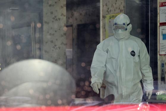 경북 경산시가 감염병특별관리구역으로 지정된 5일 경북 경산시 서린요양원에서 방호복을 입은 관계자들이 분주히 움직이고 있다. 뉴스1