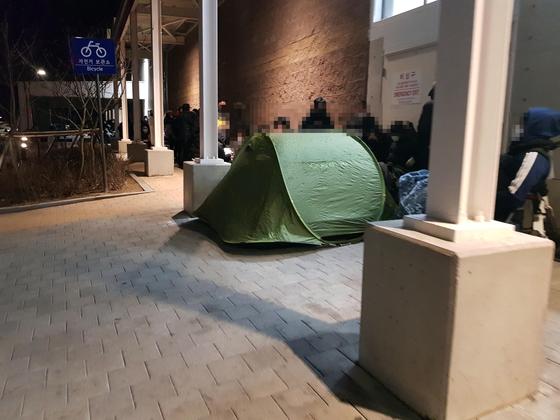지난 4일 코스트코 세종점에서 시민들이 마스크를 사려 텐트를 치고 대기하고 있다. [연합뉴스]
