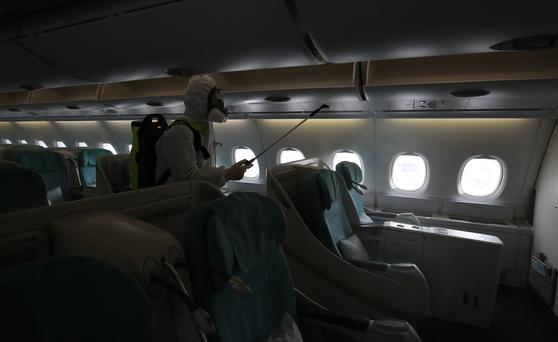 4일 오후 인천국제공항 대한항공 항공기정비고에서 방역업체 직원들이 뉴욕으로 향하는 대한항공 승객기 기내 소독 작업을 하고 있다. 김성룡 기자