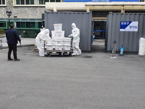 신종 코로나바이러스 감염증(코로나19) 지역거점병원인 계명대 대구동산병원에서 환자들의 폐기물을 운반하는 모습. [사진 이재홍]