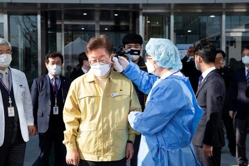 2월 5일 오후 이재명 경기도지사가 성남시의료원을 현장 방문해 의료원에 입장하기 전 발열 검사를 받고 있다. 경기도 제공