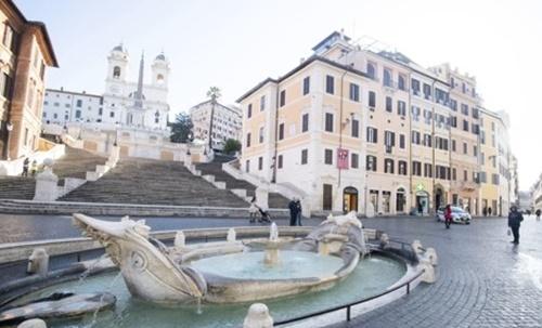 신종 코로나바이러스 감염증(코로나19)이 이탈리아에서 빠르게 확산하는 여파로 4일(현지시간) 로마 도심의 관광명소인 스페인 광장이 한적한 모습을 보이고 있다. EPA=연합뉴스