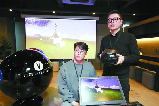 다큐멘터리 '너를 만났다'에 활용된 VR 콘텐츠를 만든 비브스튜디오스의 김세규 대표(오른쪽)과 이현석 PD가 서울 강남구 신사동 사무실에서 제작 과정을 설명하고 있다. [오종택 기자]