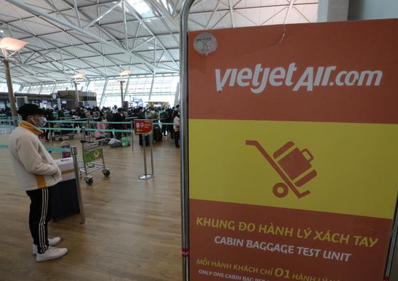 5일 오후 인천국제공항 1터미널에서 비엣젯에어 탑승객들이 출국 준비를 하고 있다. 비엣젯에어는 오는 7일부터 한국을 연결하는 모든 노선을 중단한다. [뉴스1]