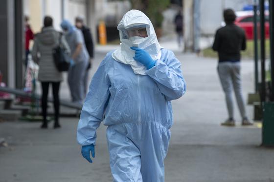 크로아티아의 병원에 근무하는 직원이 지난달 26일 보호 장비를 착용한 채 길을 걸어가고 있다. [AP=연합뉴스]