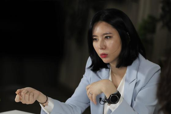 고(故) 장자연 사건 증언자인 배우 윤지오씨가 지난해 4월 인터뷰하고 있다. [연합뉴스]