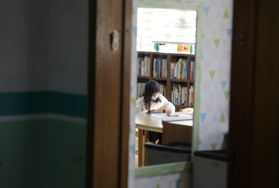 지난 2일 오전 경기도 고양의 한 초등학교에서 운영중인 긴급돌봄교실에서 학생들이 학습하고 있다. [연합뉴스]
