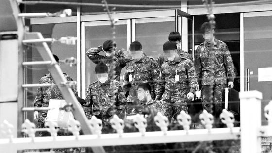 지난달 26일 서울 국방부에서 마스크를 쓴 장병들이 이동하고 있다. [뉴스1]