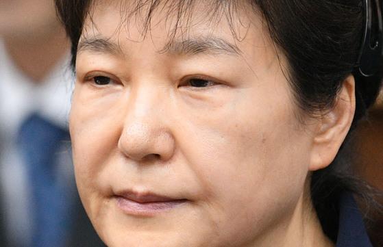 박근혜 전 대통령이 서울중앙지법 417호 법정에 출석하고 있다. [사진공동취재단]