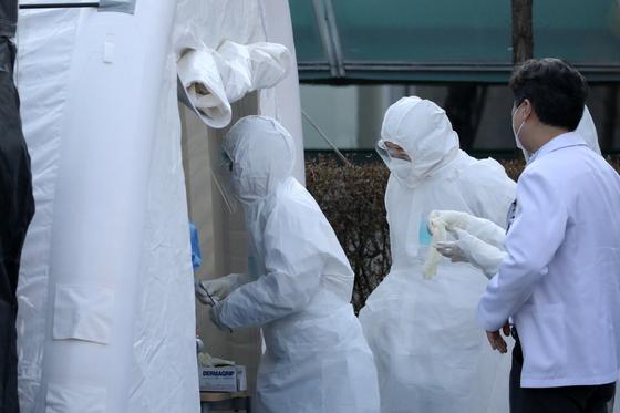 6일 오전 경기도 성남시 분당제생병원에서 환자, 간호사, 간호조무사 등 8명이 신종 코로나바이러스 감염증(코로나19) 진단 검사에서 확진 판정을 받아 의료진들이 검체 채취 준비를 하고 있다. 뉴스1