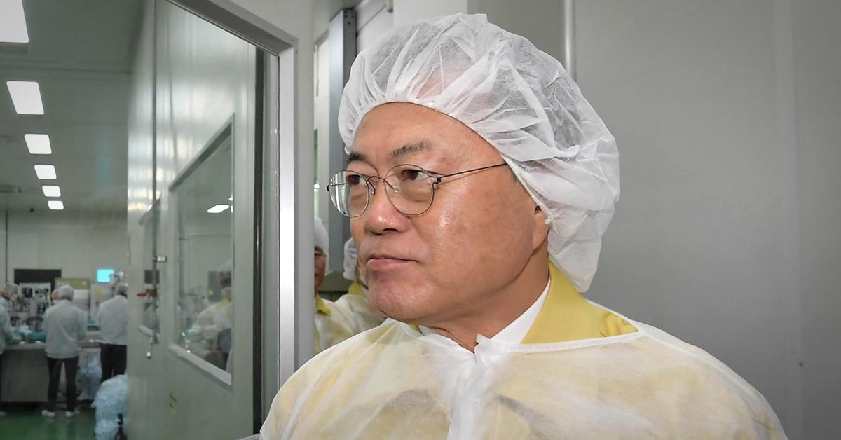 문재인 대통령이 6일 경기도 평택의 마스크 제조공장인 우일씨앤텍을 방문해 생산 공정을 시찰하고 있다. 청와대사진기자단