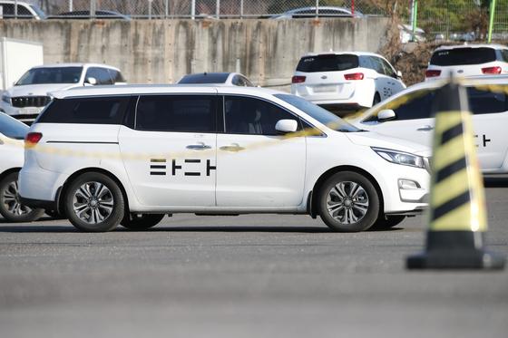5일 오후 서울 서초구의 한 차고지에 타다가 주차돼있다.  국회는 6일 본회의에서 일명 '타다 금지법'으로 불리는 여객자동차운수사업법 개정안을 처리했다. [연합뉴스]