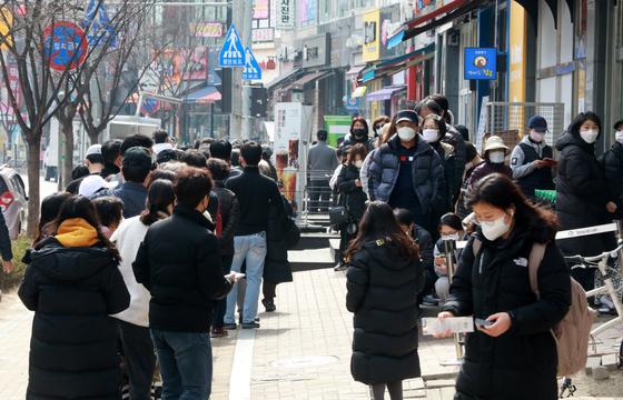 7일 오후 경기 수원시 권선구 금곡동의 한 약국 앞에서 시민들이 마스크를 사기 위해 줄을 서고 있다. [뉴스1]