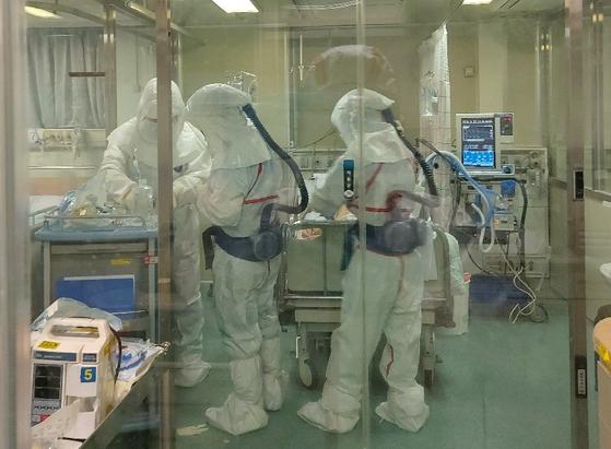 게명대 대구동산병원에서 의료진들이 방호복을 입고 환자를 돌보고 있다. [사진 이희주]
