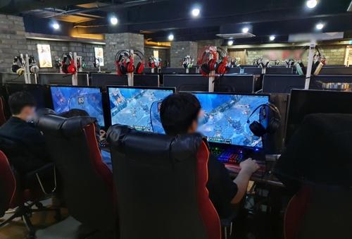 지난달 24일 서울 마포구의 한 PC방에서 게임을 하고 있는 10대 청소년들. 위 사진은 기사 내용과 관계 없음. [연합뉴스]