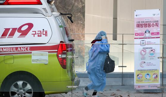 4일 오후 광주광역시 남구 빛고을전남대병원에 도착한 대구 지역 코로나19 확진자들이 병원 안으로 급히 들어가고 있다. 프리랜서 장정필