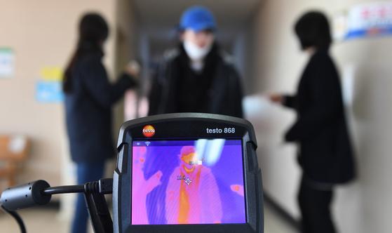지난달 20일 경남 거창군 거창읍 대평리 거창시외버스터미널에서 보건소 직원들이 열감지 카메라와 발열 체크를 통해 코로나19 유입 차단에 총력을 기울이고 있다. 뉴스1