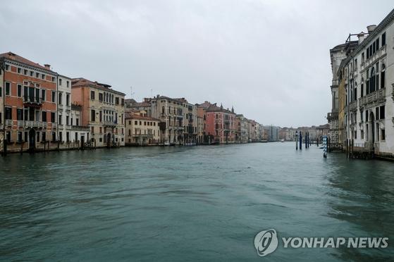 신종 코로나바이러스 감염증(코로나19) 확산으로 이탈리아 베네치아를 찾는 관광객이 줄어들면서 1일(현지시간) 오가는 배들이 사라진 운하가 적막하다. 로이터=연합뉴스