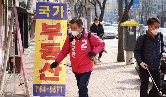 21대 총선에서 서울 종로에 출마하는 미래통합당 황교안 대표가 6일 서울 종로구 숭인1동에서 방역봉사활동을 하고 있다. [사진 황교안 후보 측 제공]