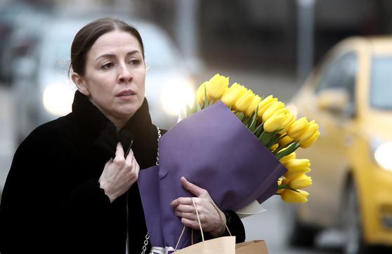 세계 여성의 날을 앞둔 지난 6일 러시아 모스크바에서 한 여성이 노란 튤립 꽃다발을 들고 거리를 걸어가고 있다. 옛 소련 시절의 영향으로 러시아에선 세계 여성의 날을 맞아 여성에게 꽃다발을 선물하는 풍습이 있다. 원래 장미로 시작했지만 지금은 종류를 가리지 않는다 .[타스=연합뉴스]
