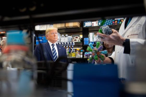 지난 3일 미국 국립백신연구소를 찾은 도널드 트럼프 미국 대통령. [AFP=연합뉴스]