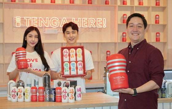 지난 2월 13일 문을 연 서울 마포구 텐가 팝업스토어에서 에디 마크루 텐가 글로벌 마케팅 본부장이 제품들을 선보이고 있다. / 사진 : 텐가