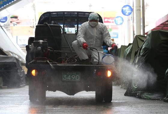 지난달 27일 대구 중구보건소 방역 요원이 서문시장에서 방역을 하고 있다. [뉴스1]