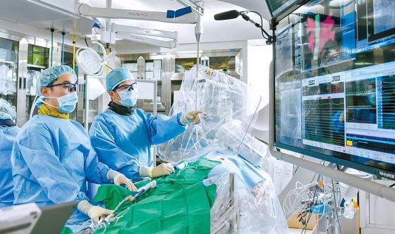세브란스병원 부정맥클리닉은 맞춤 치료로 합병증을 최소화한다. 의료진이 심방세동 환자에게 풍선냉각도자절제술을 하고 있다. 김동하 객원기자